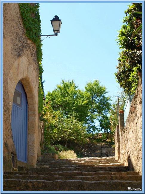Ruelle en calade,  village de Cucuron, Lubéron (84)