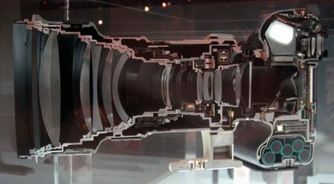 Cámara de fotos con objetivo cortada por la mitad