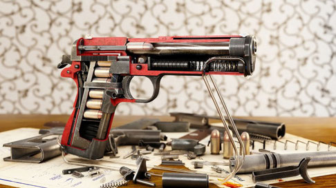 Pistola cortada por la mitad