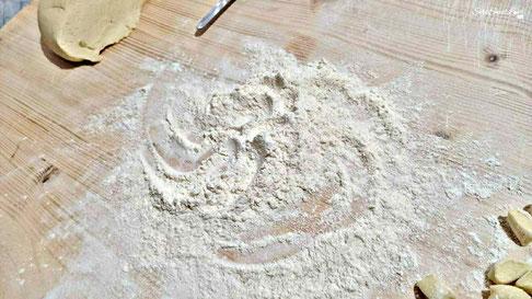 Ripiano di legno da lavoro liscio  con gli ingredienti pronti per la realizzazione homemade dei maccarrones de poddighe