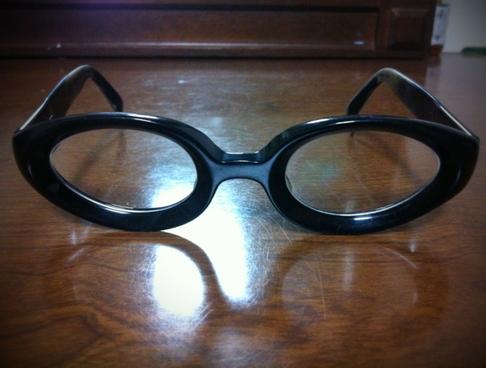 最近自宅用で掛けているメガネ、。 20年以上前に買いましたが1年くらい掛けただけ、、、キャラが強くなりすぎて(汗)
