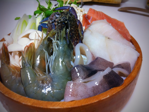 鍋の具材。ちっとリッチに、、、てなのはウソで、野菜とフォーははぶいて580円のセット也。安いと思いません?