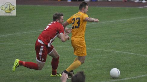 Lukas Siemers ringt mit Großefehns Arne Sievers (links) um den Ball.