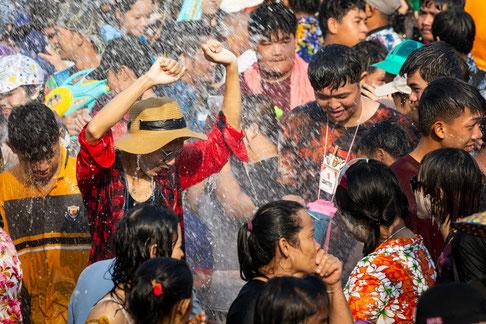 Beim Neujahrsfest in buddhistischen Ländern  wie Thailand spielt das fröhliche gegenseitige Bespritzen mit Wasser eine wichtige Rolle.