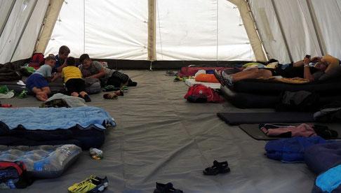 Die Schlafplätze sind hergerichtet, Zeit für ein kleines Kartenspielchen.