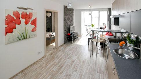 Schönes Zimmer mit Infrarotheizung an der Wand und hellem Fussboden