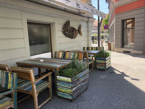 die Lebenslustigkeit der Slovenen zeigt sich auch in den vielen bunten Straßen-Cafés
