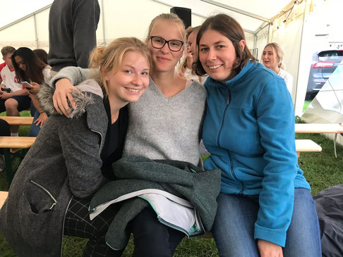 Friederike (Mitte) mit Johanna (links) und Magdalena (rechts) bei den Nordischen Jugendtagen in Vadstena