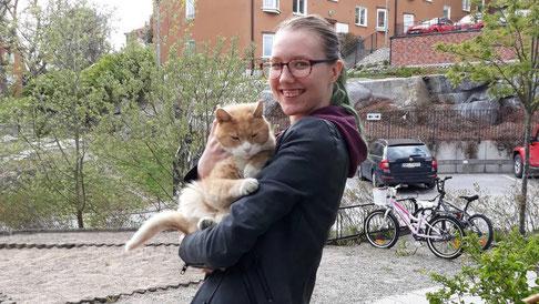 Lara Wiederhöft bei einem Spaziergang mit einem Bewohner des Josephinahemmet und tierischem Freund