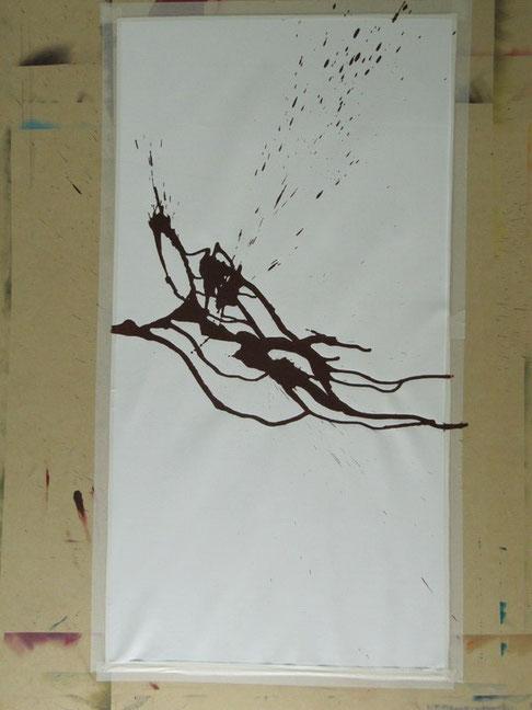 1. Schritte: Leinwand auf Unterlage aufziehen.  Acrylfarbe auftragen und trocknen lassen.
