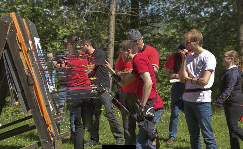 Bogenschützen zählen die Treffer ihrer Pfeile