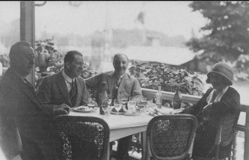 Harry Dreesen tweede van rechts; andere personen onbekend; uiterst rechts Henriette Pessers?; misschien in Amsterdam, Datum onbekend