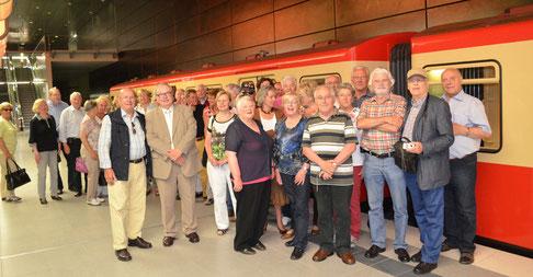 Das beigefügte Foto zeigt die Gruppe vor dem historischen Zug der Hamburger Hochbahn mit deren Vorstandsvorsitzendem Günther Elste und dem Vorsitzenden der Neukirchen-Vluyner SU Walter Spiegelhoff (Mitte).