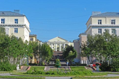 Kirowsk Stadtzentrum mit dem Kulturpalast der Bergleute
