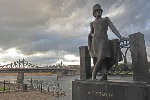 Wolga-Ufer in Twer, Puschkin-Denkmal mit der neuen Wolgabrücke im Hintergrund