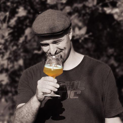Brasseur de la Brasserie de la Muze  en pleine dégustation d'une bière artisanale Pale Ale.
