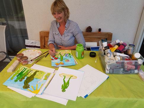 Claudia beim bemalen der neuen Quirli Zeichnungen.