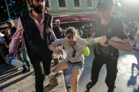 Source AFP - Des policiers anti-émeutes turcs bloquent l'accès à l'avenue Istikjlal aux marcheurs de la Gay Pride, le 25 juin à Istanbul.