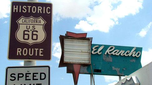 Das El Rancho-Motel (aus Eisenbahnschwellen gebaut), ist teilweise abgebrannt; es existiert nur noch die Neonwerbung