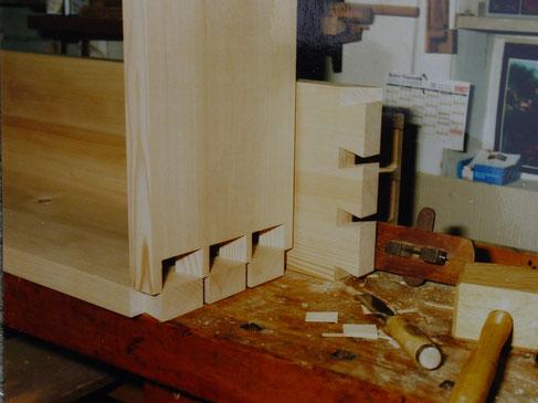 Beispiel einer massiven Holzverbindung: Hier Gehäusekranz