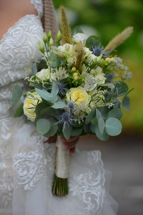Tischdekoration mit blauen Hortensien und Orchideen