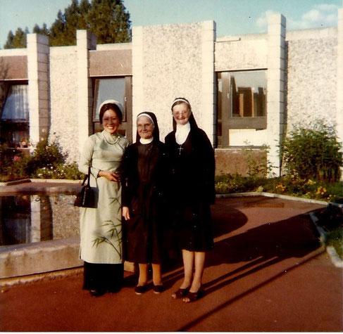 1976. VISITE à FLEURY MEROGIS.
