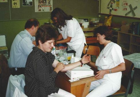 Archiv-Bild vom 3. Oktober 2000 bei der Typisierungsaktion in Auerbach. Mittlerweile wurde die Blutentnahme durch ein Wattestäbchen ersetzt!