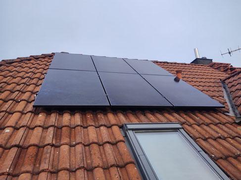Sechs montierte Photovoltaikmodule auf der Nordseite © iKratos