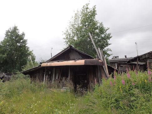 Ein Boot als Vordach in Kem in Russland