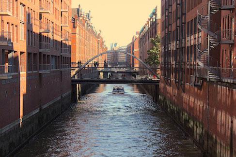 Unter den Brücken gehts nur bei Niedrigwasser durch...