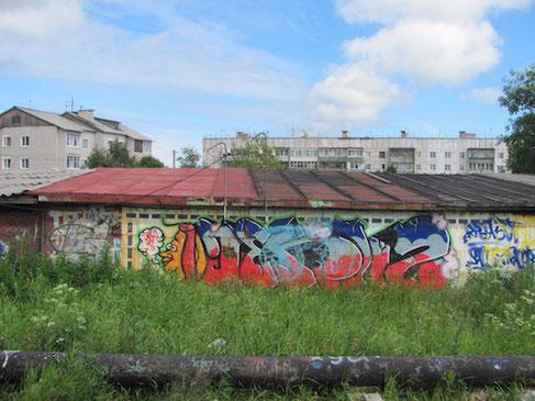 Plattenbauten und Graffiti in Kem