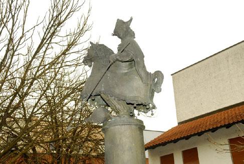 Ein eigener Brunnen für den Bräunl: Das Wahrzeichen des Birnbacher Faschings wurde am Neuen Marktplatz verewigt.