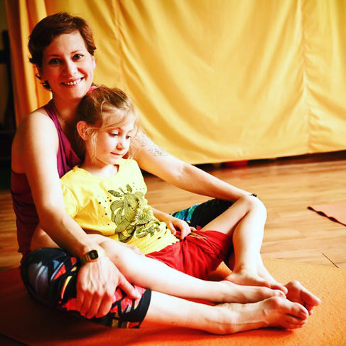 Kinderyoga-Lehrerin Andrea Helten mit ihrer Tochter MOMazing Yoga Mama Mami Blog Yogamama