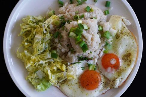 Blumenkohlpüree mit Spiegelei & knackiger Salatbeilage | clean, fruchtig & low carb