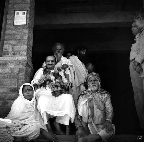 7th November 1954 : Meher Baba at Namanand's dharamasala in Pandharpur, wth Mrs.Kaikadi Maharaj ( left ), Kaikadi Maharaj ( behind Baba ) Namanand & Gustadji ( facing away ) & Saint Gadge Maharaj ( seated right of Baba ). Photo taken by B. Panday.