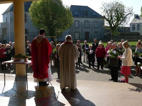 Comme traditionnellement pour toute célébration des rameaux, les paroissiens se sont retrouvés  à l'extérieur de l'église, et en l'occurrence dans la cour de l'école St Pierre, inondée de soleil.