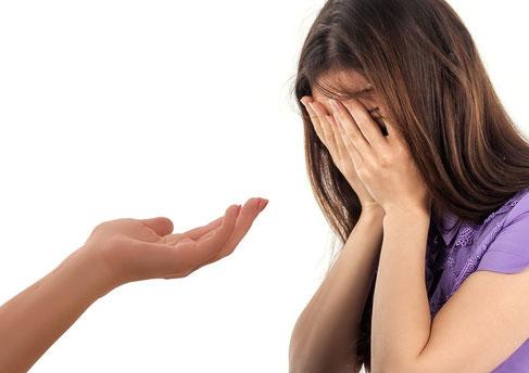 Pour se reconstruire, la victime d'un viol a d'abord besoin d'être entendue, crue, écoutée, soutenue. Elle a besoin d'exprimer ses émotions, sa colère, sa tristesse, sa douleur. Elle doit pouvoir pleurer, crier, frapper dans un punching ball…