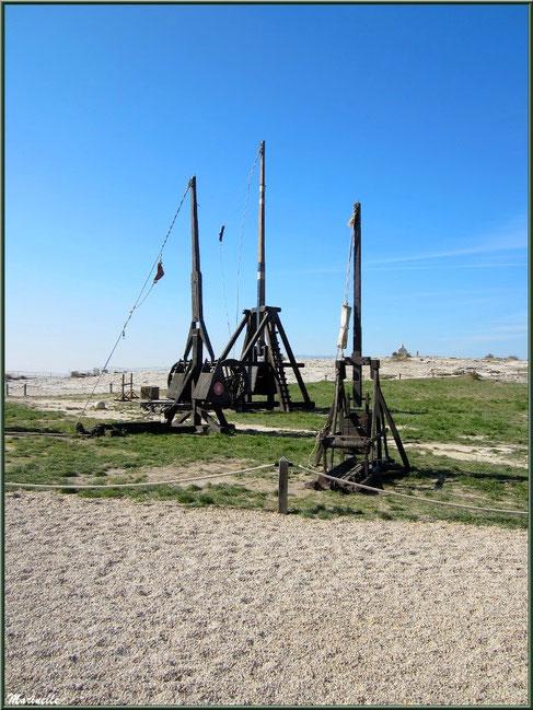 La bricole, le trébuchet et le couillard, machines de siège sur l'esplanade du Château des Baux-de-Provence, Alpilles (13)