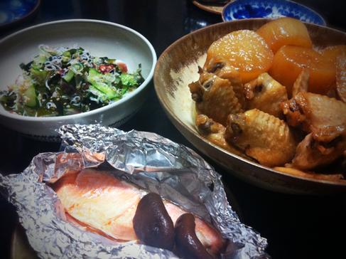 昨日の嫁メシ。   ホイル包焼き、手羽と大根の煮物、蛸酢、、、、奥さんの定番メニューの合わせ技でした。(笑)    しょちゅう作ってるだけに超旨かったです!