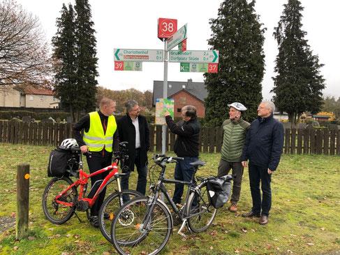 Der erste Knotenpunkt, v.l.n.r: J. Thaden (Leiter der AG Fahrradwege), V. Arms (Gemeindebürgermeister), W. Harder (ADFC Gifhorn Vorstandsvorsitzender), B. Kracht (AG Fahrradwege) und C. Lorenz (Sachgebietsleiter Regionalverband Großraum Braunschweig)
