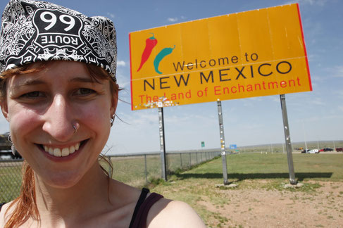 Blogger in front of the sign of New Mexico
