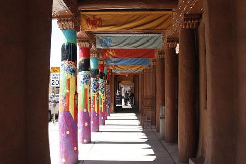 Galerie aus Sandstein in der Downtown Santa Fe
