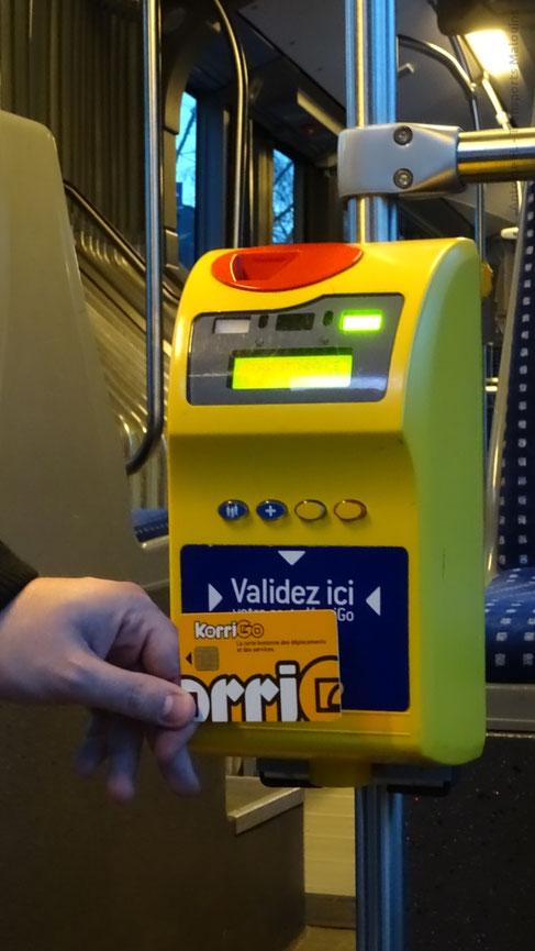 Carte KorriGo en train d'être validée à bord d'un bus du réseau STAR (Rennes Métropole).