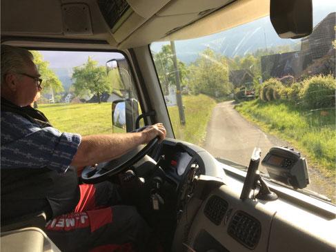 Auf allen Strassen und Wegen unterwegs. Hier am Steuer: Bruno Hunziker, Fahrer der J. Meier Grüt Transporte AG.