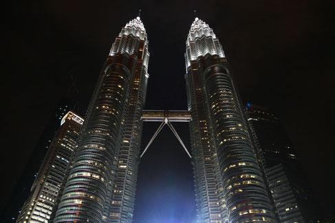 Petronas Towers, Kuala Lumpur, Malaysia in der Nacht.