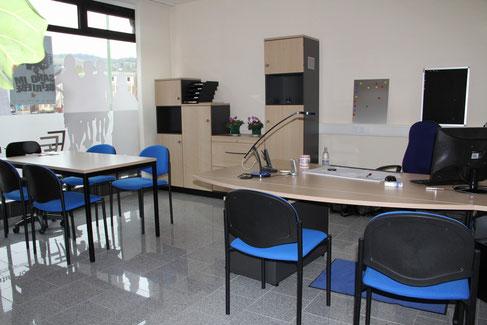 Heller Raum und helle Möbel schaffen eine freundliche Atmosphäre