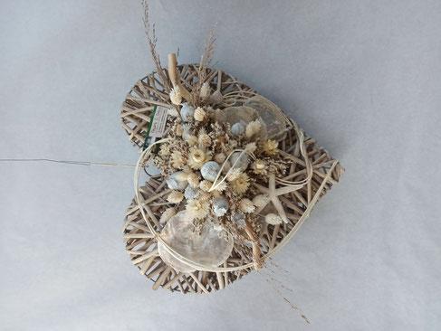 Composition de fleurs séchées dans les tons de blanc avec coquillages à partir de 45€
