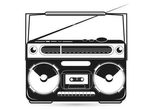 Ein schwarzer Radiorekorder mit hochgestelltem Tragegriff und ausgefahrener Antenne.