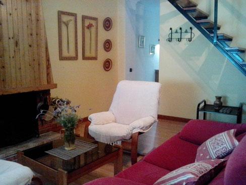 Salón con suelo laminado de madera