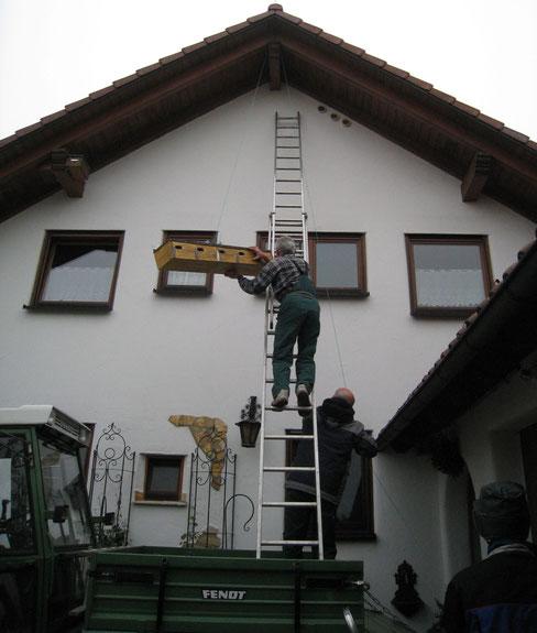 große Nisthilfe mit 5 Kammern für Mauersegler wird angebracht  Foto: NABU Römerstein